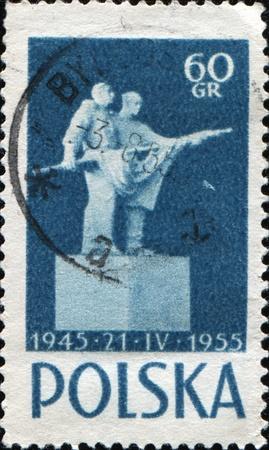 verdrag: POLEN - CIRCA 1955: Een stempel gedrukt in Polen ter ere van 10e verjaardag van Russisch-Poolse Verdrag van vriendschap, toont Standbeeld van Vriendschap, circa 1955 Stockfoto