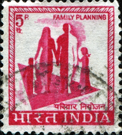planificacion familiar: INDIA - CIRCA 1976: Un sello impreso en la India, muestra un s�mbolo de la campa�a de planificaci�n familiar, alrededor del a�o 1976 Foto de archivo