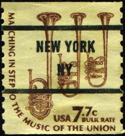 postmark: VEREINIGTE STAATEN - CIRCA 1975: Ein Stempel in den Vereinigten Staaten von Amerika gedruckt zeigt Saxh�rner, ca. 1975 Lizenzfreie Bilder
