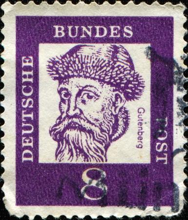 introduced: ALEMANIA - CIRCA 1961: Un sello impreso en Alemania muestra Johannes zur Laden zum Gensfleisch Gutenberg - herrer�a, orfebrer�a, impresora y editor, que introdujo la imprenta, alrededor de 1961 Foto de archivo