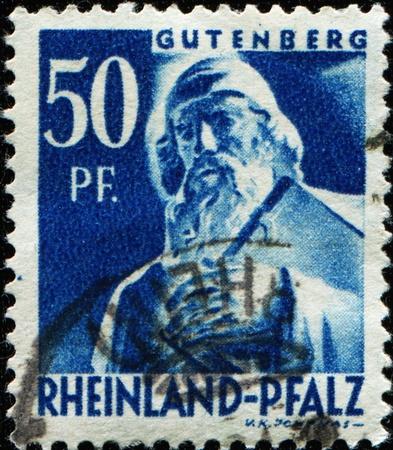 introduced: RHEINLAND-PFALZ - CIRCA 1947: Un sello impreso en la ocupaci�n aliada en Alemania muestra Johannes zur Laden zum Gensfleisch Gutenberg - herrer�a, orfebrer�a, impresora y editor, que introdujo la imprenta, alrededor de 1961 Foto de archivo