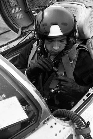 luitenant: USSR - CIRCA 1976: piloot, zijn naam is Luitenant Valerii Poltoranin, verbinding met de avionica in de cockpit MiG-21, vliegbasis Kubinka, Moscow Region, Sovjet-Unie, juli 1976