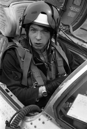 luitenant: USSR - CIRCA 1976: piloot, zijn naam is Luitenant Valerii Poltoranin, in de cockpit MiG-21, vliegbasis Kubinka, Moscow Region, Sovjet-Unie, juli 1976 Redactioneel