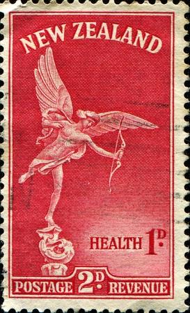 eros: NUOVA ZELANDA - CIRCA 1947: Salute Francobolli stampati in Nuova Zelanda mostra Statue of Eros, circa 1947