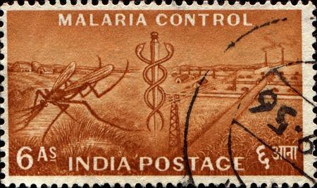 aesculapius: INDIA - CIRCA 1955 Un timbro stampato in India onorare controllo della malaria, mostra Mosquito and Staff di Esculapio; Piano dei Cinque serie Anno, circa 1955
