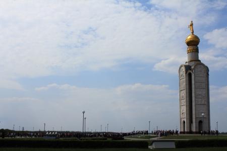 Bitwy pancernej w Prokhorovka - największy czołg w historii II wojny światowej są teraz muzeum dzwonnica na placu bitwy pancernej pod Prokhorovka, Biełgorod regionu, Rosja, 04 maja 2012 Zdjęcie Seryjne - 13705126