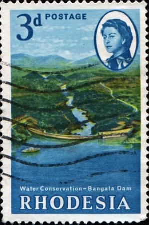 conservacion del agua: RHODESIA - CIRCA 1965: Un sello impreso en Rhodesia muestra Presa Bangala, series de Conservaci�n de Agua, alrededor del a�o 1965 Foto de archivo