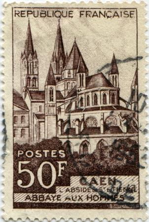 hommes: FRANCIA - CIRCA 1951 Un sello impreso en Francia muestra Abbaye aux Hommes, Caen, 1951 circa Foto de archivo
