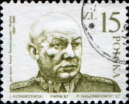 provisional: POLONIA - CIRCA 1987 Un sello impreso en Polonia muestra general Karol Swierczewski, �l sirvi� como general al servicio de la Uni�n Sovi�tica, la Espa�a republicana, y patrocinado por la Uni�n Sovi�tica Gobierno Provisional Polaco de Unidad Nacional despu�s de la Segunda Guerra Mundial