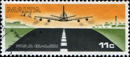 boeing 747: MALTA - CIRCA 1975 Un timbro stampato in Malta mostra Boeing 747 decolla da Luqa Airport, circa 1975