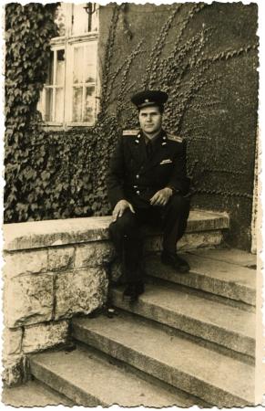 luitenant: Luitenant van de Sovjet-leger, in gala-uniform zittend op de trappen van de entree trap thuis, Duitsland, 1950