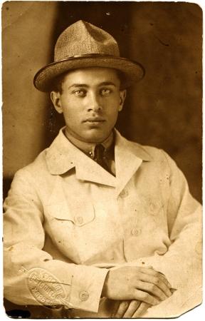 retrato de un hombre joven en un traje claro y sombrero, Kharkov, Ucrania, URSS, 1926, texto en ruso de la marca - La pintura de luz roja, Jarkov Foto de archivo - 14467196