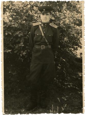 luitenant: Duitsland - CIRCA 1955 Sovjet-leger luitenant tegen een achtergrond van struiken, circa 1955