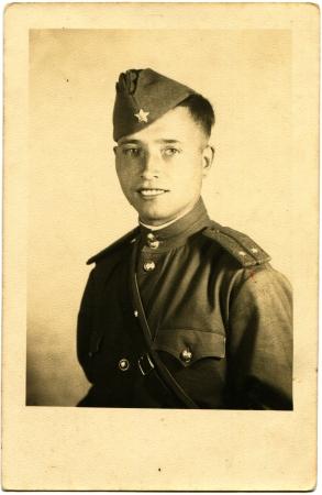 luitenant: USSR - CIRCA einde van de jaren 1940 Portret van de Sovjet-leger luitenant in de vorm van een veld, circa 1940
