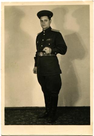 luitenant: USSR - CIRCA 1950 Studio portret van luitenant Sovjet-leger met een sigaret in zijn hand, circa 1950