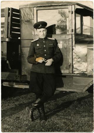 luitenant: USSR - CIRCA1953 Sovjet-leger luitenant-staande in de buurt van de truck cabine, Kharkov, Oekraïne, circa 1953 Redactioneel