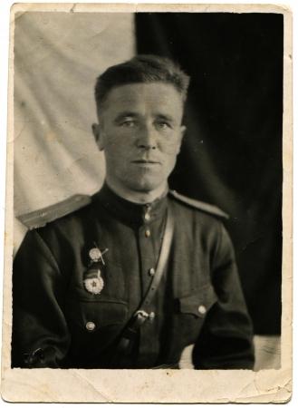 luitenant: OEKRAÏNE - CIRCA 1944 Portret van de Sovjet-leger Guard luitenant die werd bekroond met de Orde van de Rode Ster, Oekraïne, circa 1944 Redactioneel