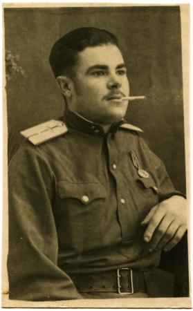 luitenant: Joegoslavië - CIRCA 1946 Portret van de luchtmacht luitenant met een sigaret in zijn mond, de stad Zagora, Kroatië, Joegoslavië, circa 1946