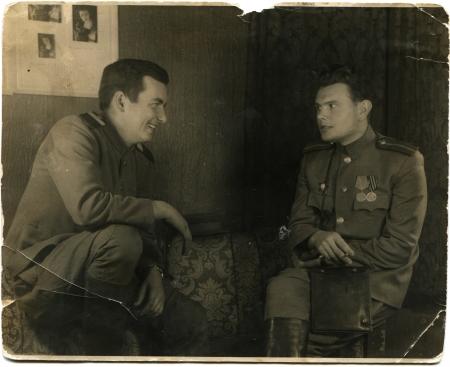 luitenant: Duitsland - CIRCA 1945 Reproductie van foto gemaakt in Duitsland toont het lachen luitenant en een sergeant van het Rode Leger in het interieur van het Duitse huis, Sirca 24 december 1945