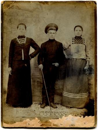 the cossacks: RUSIA - CIRCA 1910 Una foto antigua muestra de cosacos con dos mujeres, los cosacos, cosacos del Don regi�n, el Imperio Ruso, 1910