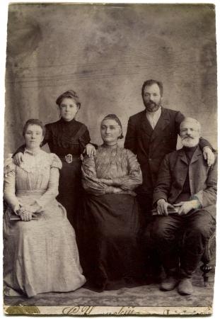 historische: RUSLAND - CIRCA einde van de XIX - het begin van de twintigste eeuw Een antieke foto toont gezin van vijf personen in twee generaties, Lugansk, Russische Rijk, UkraineRussian tekst Umanskiy naam van de fotograaf, Lugansk