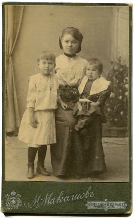 kharkov: RUSSIA - CIRCA  the end of 19 - early 20century  An antique photo shows young woman with two girls, Volchansk,  Kharkov province, Russian Empire, now UkraineRussian text  Makashov  photographer , Volchansk,  Kharkov province