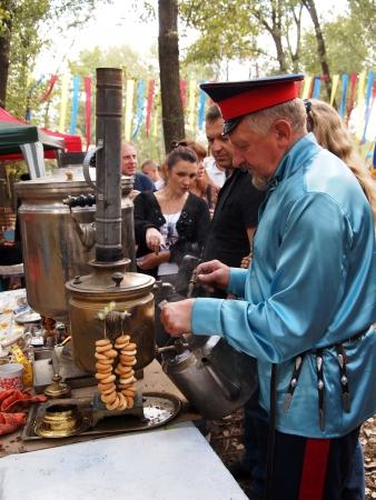the cossacks: Stanitsa Luganskaya, Ucrania - SEPTIEMBRE 8, 2012 cosacos prepearing t�, Internacional cosaco festival, Stanitsa Luganskaya, Ucrania, 08 de septiembre 2012 Editorial