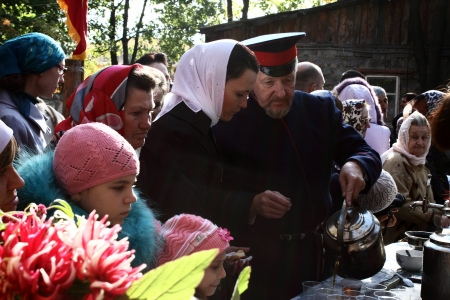 luhansk:  LUGANSK - OCT 14  Don Cossack pours tea parishioners, celebration of the Protection of the Mother of God, Lugansk, Ukraine, October 14, 2012