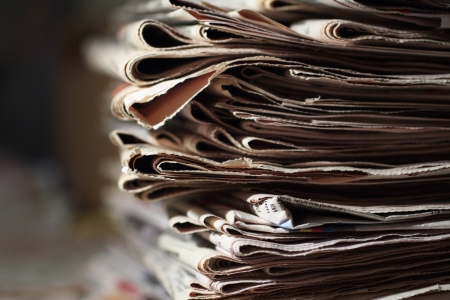 stack of old newspapers  Standard-Bild
