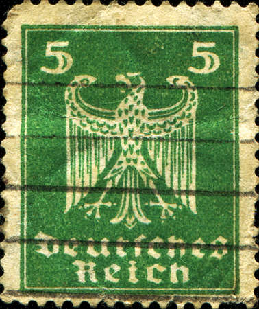 stempeln:  GERMAN EMPIRE - CIRCA 1914  A stamp printed in the German Empire shows coat of arms of Germany, circa 1914  Editorial