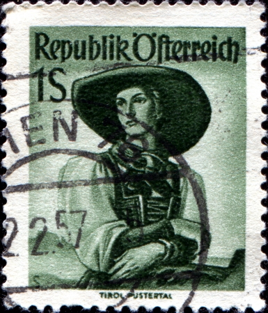 stempeln: AUSTRIA - CIRCA 1948  A stamp printed in Austria from the  Provincial Costumes  issue shows a woman from Ost Tirol Kals, circa 1948