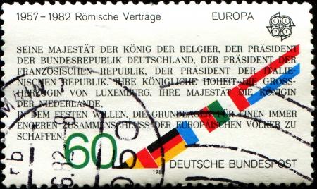 tratados: ALEMANIA - CIRCA 1982 Un sello impreso en la Rep�blica Federal Alemana muestra texto de los Tratados de Roma, 25 aniversario, alrededor de 1982