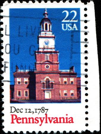 ratificaci�n: EE.UU. - alrededor de 1987 Un sello impreso en Estados Unidos muestra Chirch, Pennsylvania, la ratificaci�n de la Constituci�n de la serie, alrededor del a�o 1987