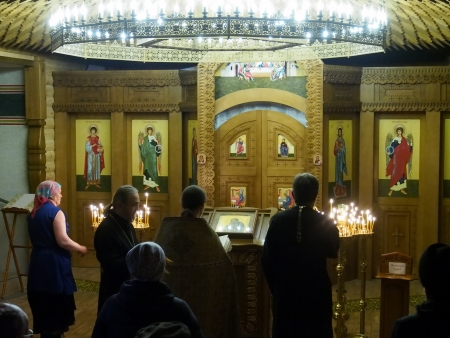 carry out: Ukraine, Lugansk - January 7, 2014 Priests carry out a Christmas public prayer  Editorial