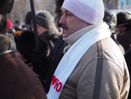 LUGANSK, UKRAINE - le 26 janvier 2014: les militants de l'opposition. Malgré les lois adoptées par la Verkhovna Rada d'Ukraine, en violation de l'intérieur 16 Janvier 2014 militants viennent de protester. Banque d'images - 25342961
