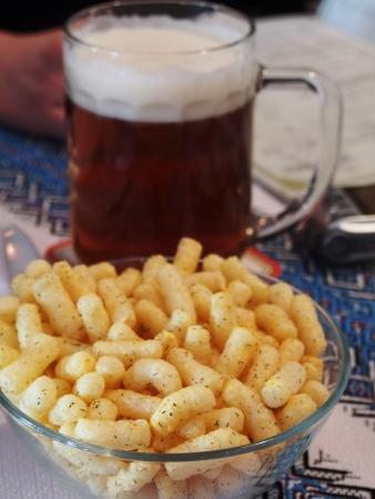 Mok bier en snack.