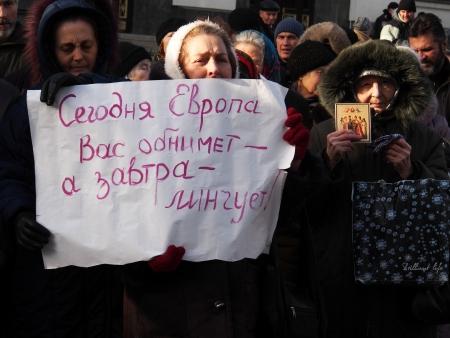 luhansk: UKRAINE, LUGANSK - JANUARY 12, 2014: Religious procession dedicated to the 380th anniversary of Pereyaslavska Radaon the street of city