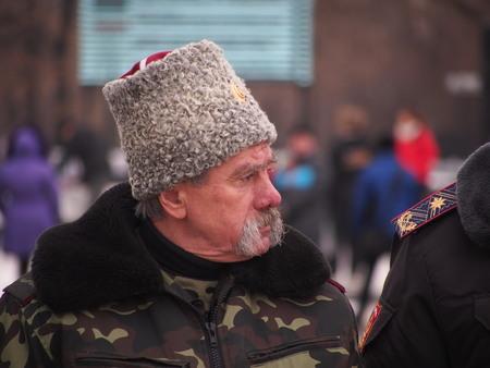autoridades: Ucrania, Lugansk - 9 de febrero de 2013: Los participantes de diversas asociaciones y clubes de cosacos Lugansk ofreci� sus servicios a las autoridades locales sobre la actuaci�n policial en la ciudad. Esta propuesta fue aceptada con gratitud. Antes del inicio de la tradicional Domingo Editorial