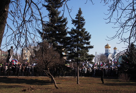 supposed: UKRAINE, LUGANSK - March 1, 2014:    In what was supposed to be an old regime rally in Lugansk against anarchy and disorder turned into a rally to support the Russian occupation of Crimea.  About ten thousand supporters of the Party of Regions and state