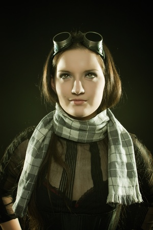 steampunk goggles: Bastante piloto con la bufanda posando sobre fondo oscuro Foto de archivo