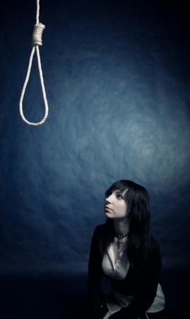 sacrificio: chica bonita g�tico buscando a la horca sobre la oscuridad