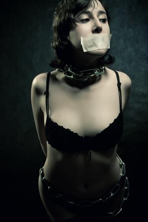 cadenas: preso muy limitada sobre fondo oscuro