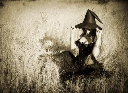 czarownica: Całkiem zabawny czarownica siedzi w polu