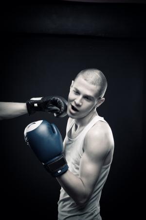 knocked out: Boxer es eliminado por otro Foto de archivo