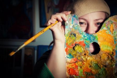 creativity artist: Joven artista divertida con paleta y el pincel