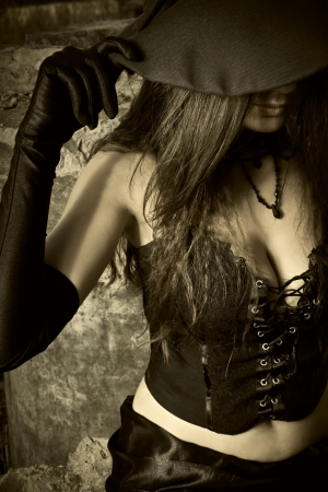 bruja sexy: Bruja joven que sostiene el sombrero