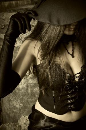 sorci�re sexy: Jeune sorci�re tenant son chapeau Banque d'images