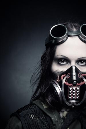 gasmask: Ritratto di ragazza messaggio apocalittico in maschera antigas su sfondo scuro