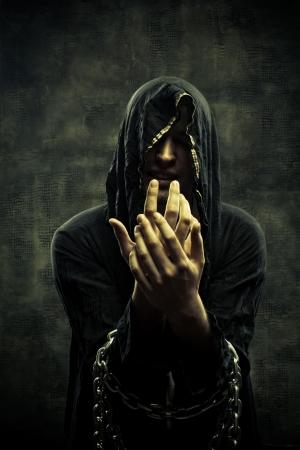 wahrsager: Portrait der miserablen angekettet junger Mann in Kapuze