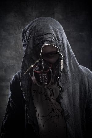 gasmasker: Gevaarlijke man in gasmasker over grunge achtergrond